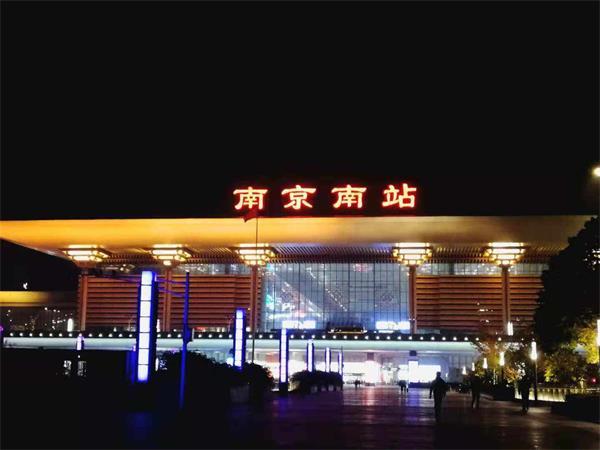 南京南高铁站灯箱广告