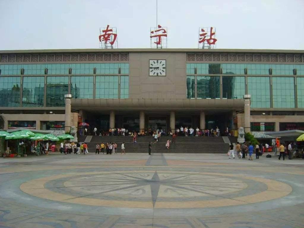 南宁火车站候车大厅LED灯箱广告